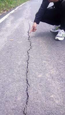 Jalan Gajah Mada Talang Batu Belum 3 Bulan sudah Retak