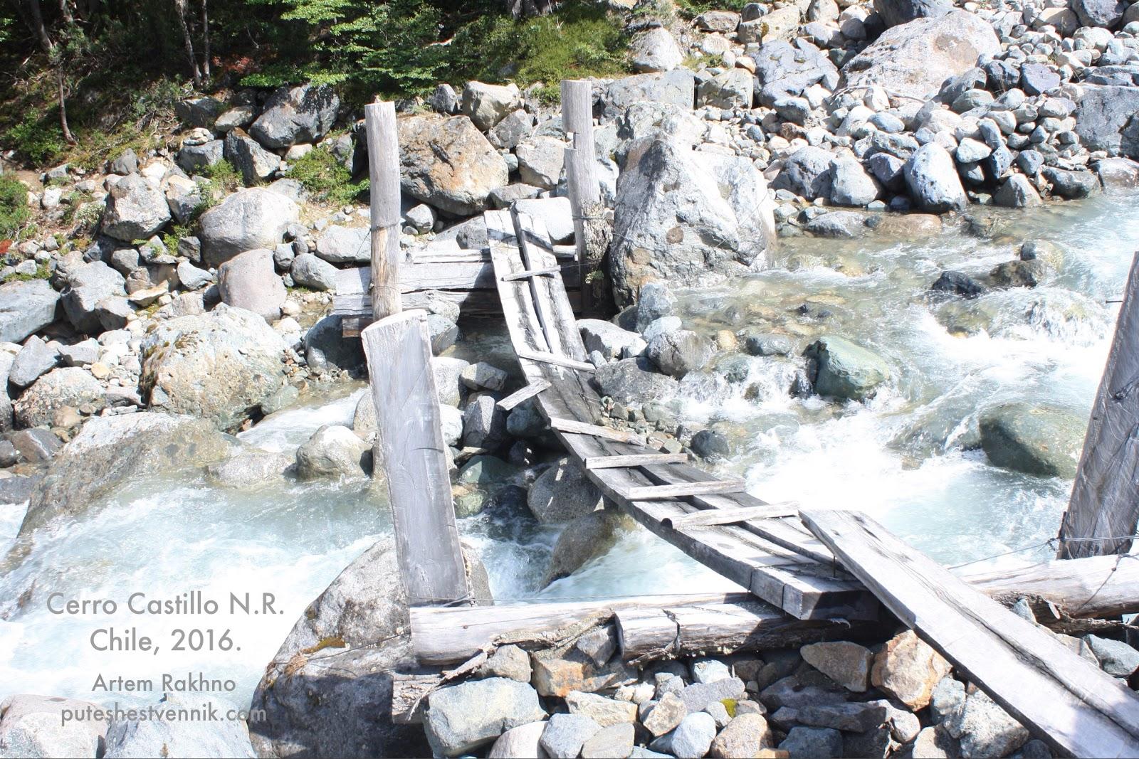 Деревянный мост через горную реку