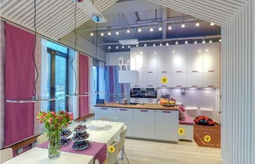 這 13 坪的空間及廚房的所有設備,你都可以盡情使用。
