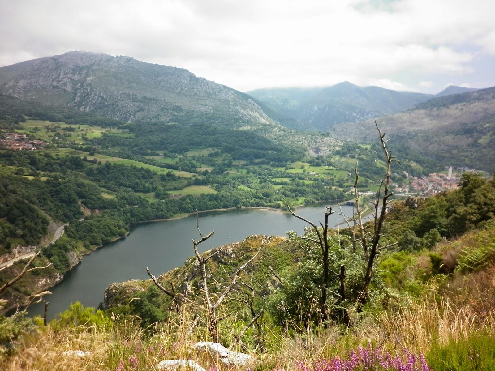 Vistas hacia el embalse de Rioseco y los pueblos asturianos de Campiellos y Rioseco.
