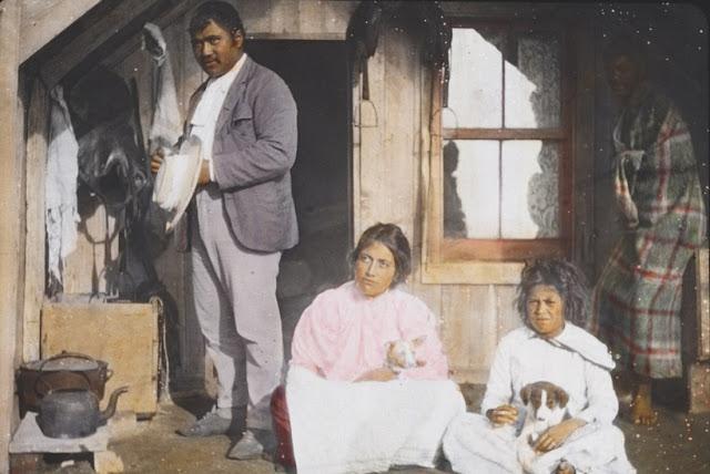 Một gia đình Maori trong ngôi nhà của họ ở New Zealand. Ảnh chụp năm 1895.
