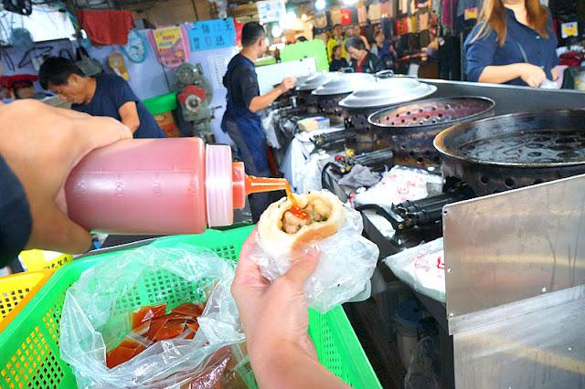 DSC08455 - 十甲新光黃昏市場│郎港式鮮肉包銅板小吃,肉餡口感紮實人潮多多