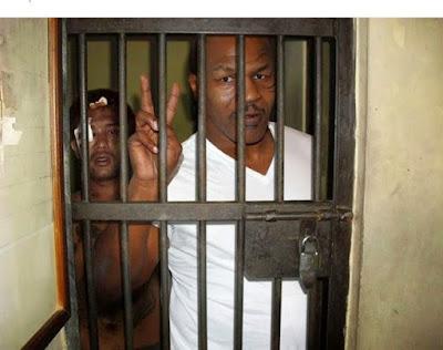 Mike Tyson ditahan karena kasus kekerasan, korbannya ada dibelakang dia