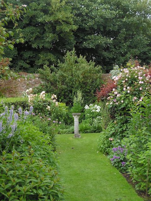 byliny, ozdoba kamienna w ogrodzie