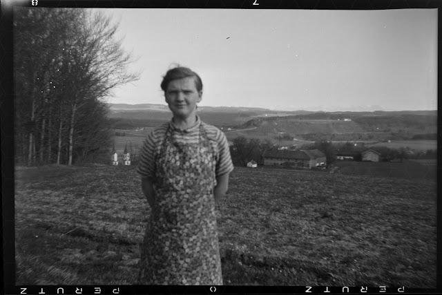 Foto einer jungen Frau - oberhalb von Gars am Inn - 1930-1950