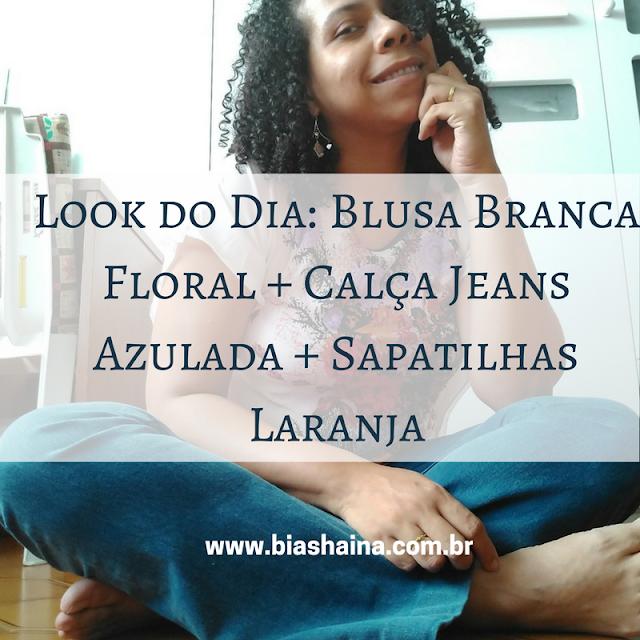 Look do Dia: Blusa Branca Floral + Calça Jeans Azulada + Sapatilhas Laranja