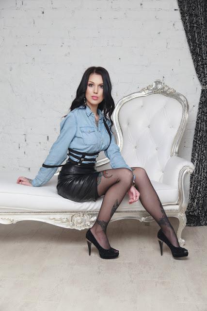 Frau aus Russland mit schönen Tätowierungen