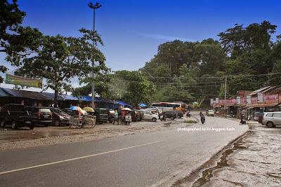 Pedagang kaki lima di pinggir pantai Karang Hawu
