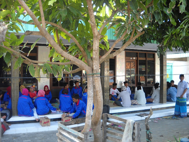 Seserahan KKN Kelompok 15 di desa Telaga Biru