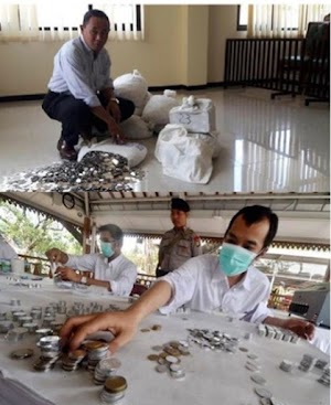 Man pays $10k of alimony to ex-wife with 13 sacks of coins .