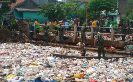 Komando! 100-an Anggota TNI 'Serbu' Sampah yang Menumpuk
