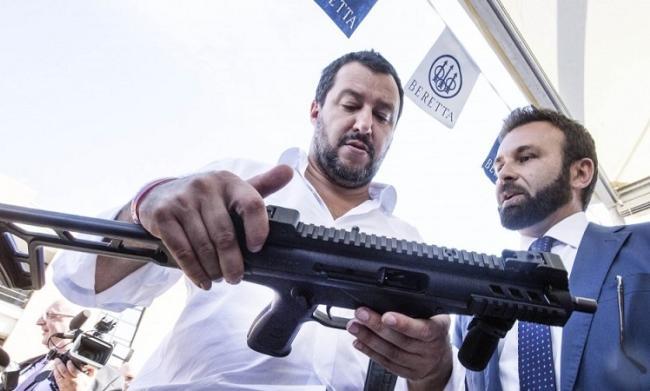 Matteo Salvini con un mitra