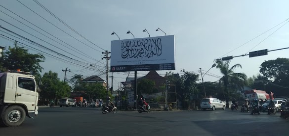 Bendera Tauhid Berukuran 5x10 m Terpasang di Dekat Rumah Presiden Jokowi, Siapa Pemiliknya?