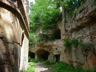 Тараканов. Форт. Казарма в центре форта, ров и вал, укреплённый стеной