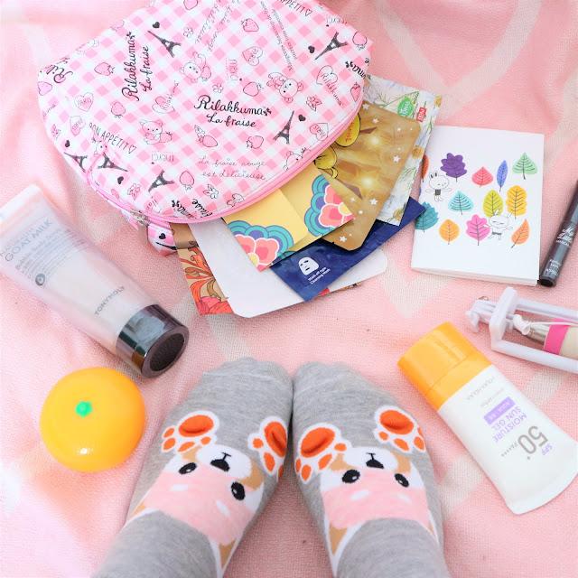 Ensemble des produits contenu dans la première box de Ma Petite Corée. On y voit des produits de kbeauty, des chaussettes kawaii, une trousse de beauté, un petit carnet et un stick à selfie.