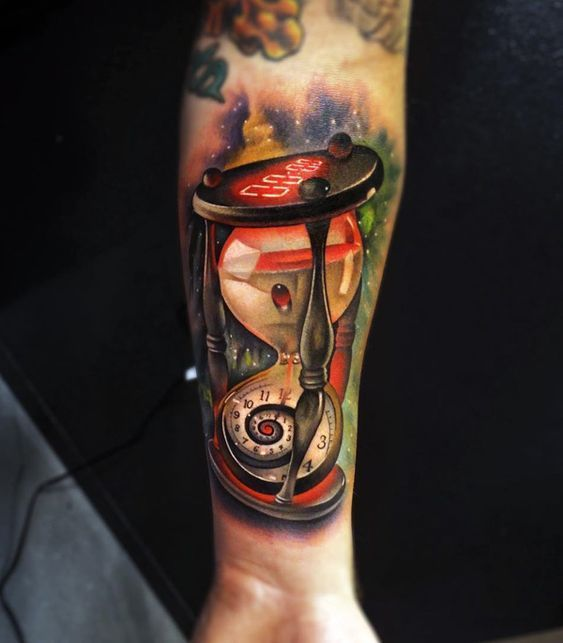 Tatuaje de reloj de arena realista