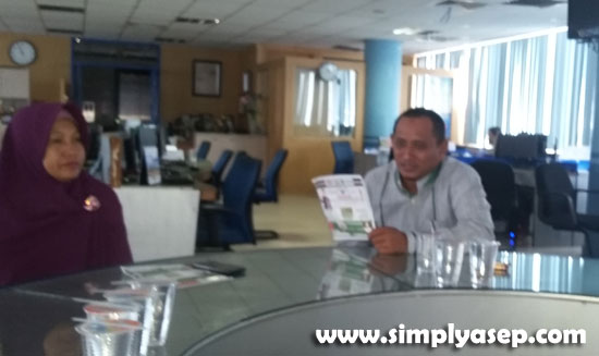 DITERIMA: Khairulrahman (Redaktur Pontianak Post) didampingi Silvina (Sekretaris Redaksi) menerima kunjungan Panitia Haflah Akbar 1 Mei 2019 hari Sabtu (27/4) di Graha Pena Lantai 5  Foto Asep Haryono