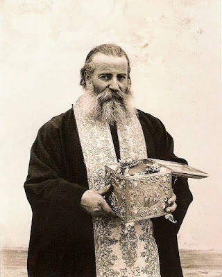 Ο σκευοφύλακας της Ιεράς Μονής Σινά με την  κάρα της Αγίας Αικατερίνης