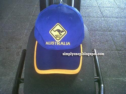 TOPI :   Alhamdulillah.  Walau belum sampai ke Aussie, ya minimal ngerasain Topi nya dulu aja deh Sebuah Topi berbahan bagus bordiran dengan logo KangGuru dan tulisan Australia pemberian sahabat saya Pak Haji Daeng Effendy Ali di Sydney Foto Asep Haryono