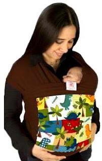 Foto de una mamá cargando a su bebé usando portabebé