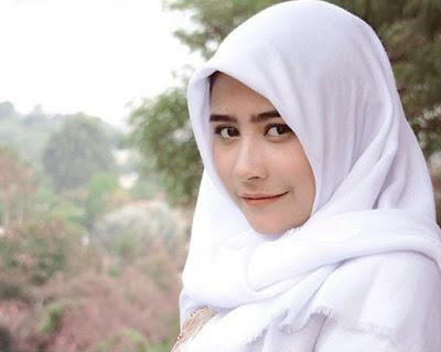 Foto Prilly pakai hijab