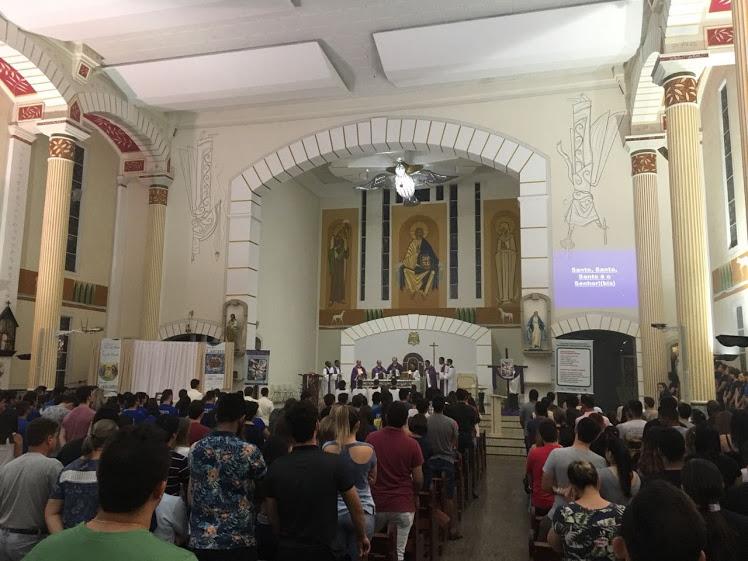 Centenas de jovens fizeram um programa diferente na noite desta  segunda-feira 12 de março de 2018. Eles foram participar da 1ª Missa da  Juventude na ... ded2931ab317f