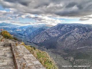 Relato da viagem à histórica cidade de Delfos, na Grécia, e seu incrível desfiladeiro e sítio arqueológico, após a região de Meteora.
