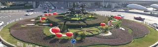 La rotatoria di piazza San Benedetto mascherata per Carnevale?