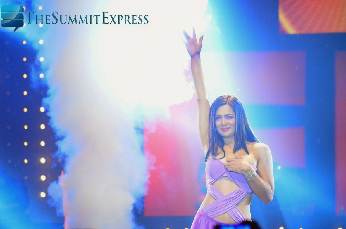 Alice Dixson receives cream from FHM fans
