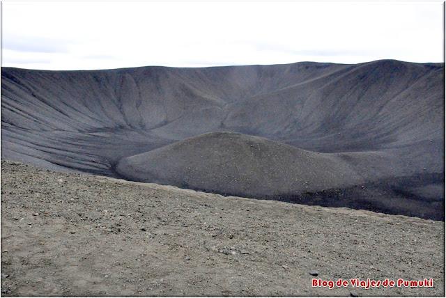 Es posible subir al cráter negro cerca de Myvatn y recorrer su perímetro andando.
