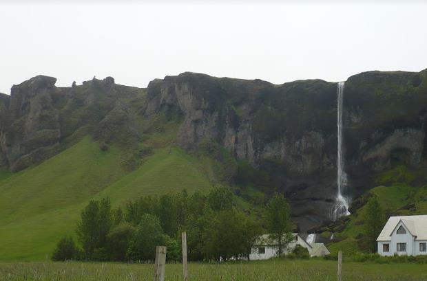 cascata vicino a Hof Islanda