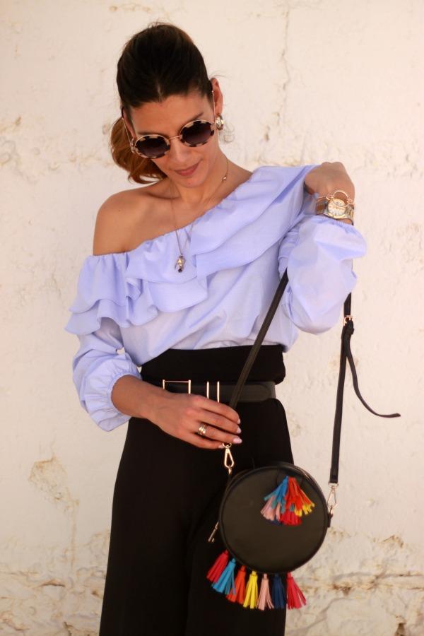 Blusa Volante, pantalon culotte, bolso borlas