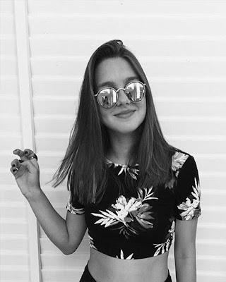 outfit casual con flores blanco y negro