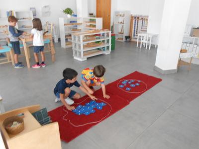 Niños jugando en aula montessori