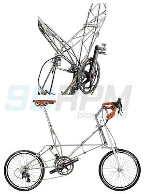 Foto che mostra una bicicletta Moulton e il dettaglio del particolare telaio