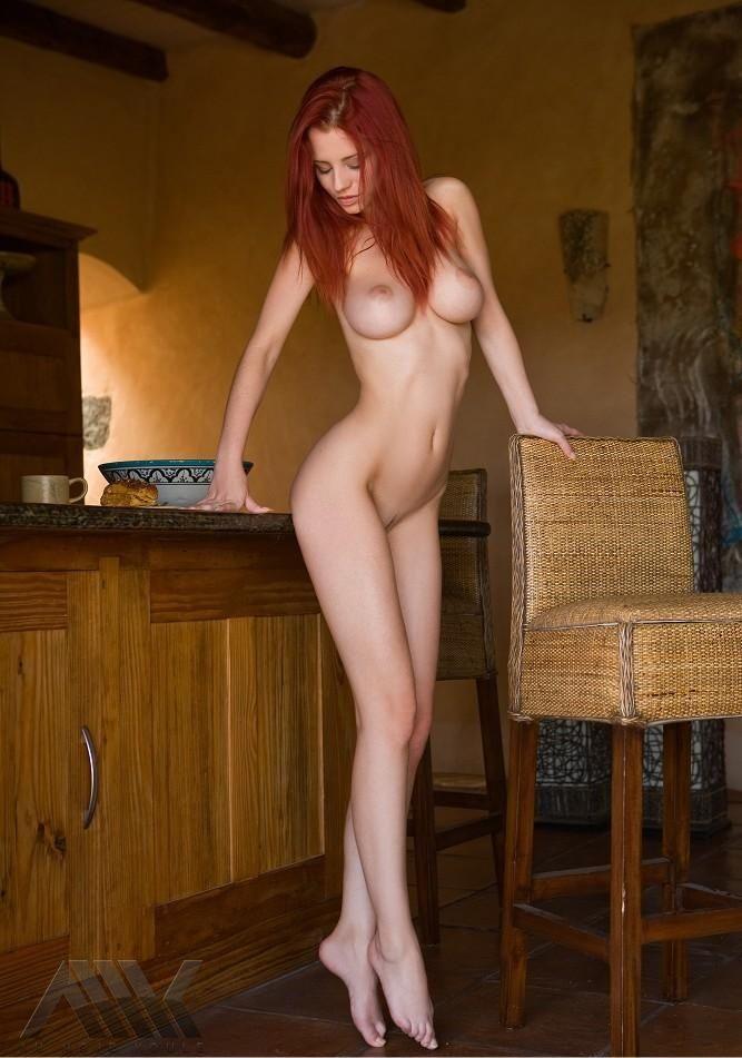 Голая рыжая длинноногая красотка