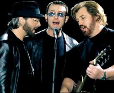 Foto de Bee Gees cantando en el escenario