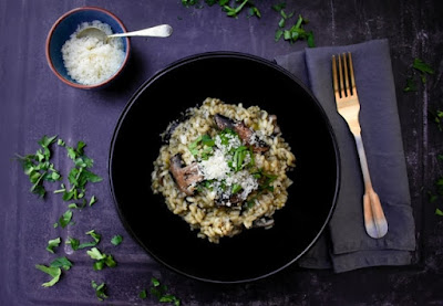 A creamy leek and mushroom risotto recipe, with tips on how to make the perfect risotto and a free printable recipe. #risotto #mushroomrisotto #mushrooms #creamyrisotto #howtomakerisotto