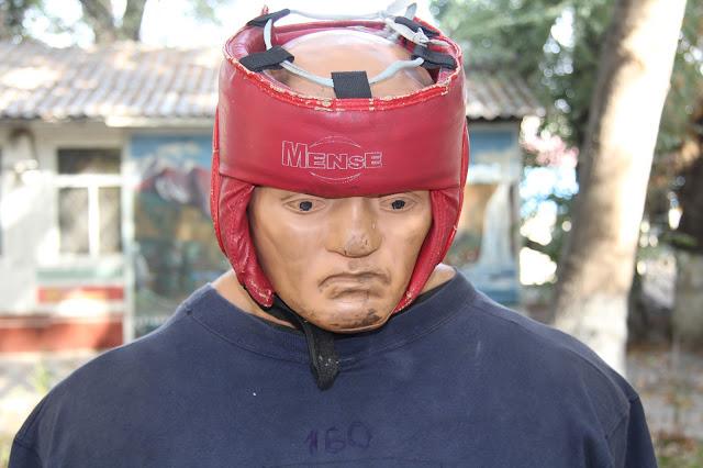 Kirghizistan, Och, manèges, punching ball, tête à claques, © L. Gigout, 2012