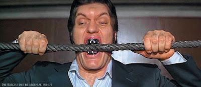 Hässliche Menschen mit schlechten Zähnen lustig