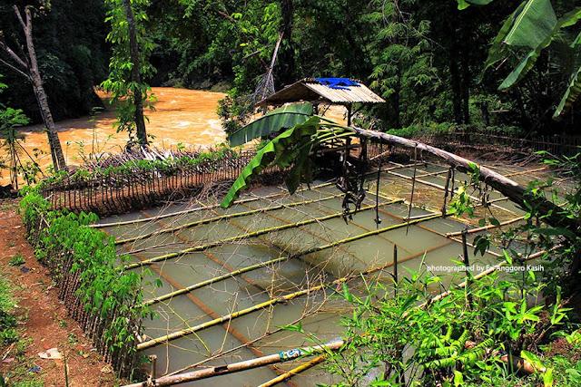Saung di pinggir sungai Citanduy