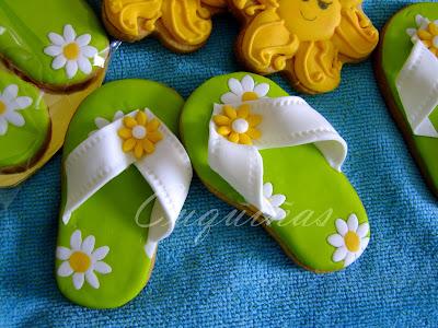 foto de galleta en forma de chanclas verdes con margaritas blancas y amarillas
