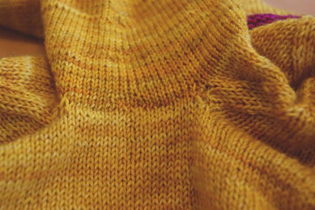 Résultat d'une couture en grafting sous le bras d'un chandail tricoté du bas vers le haut