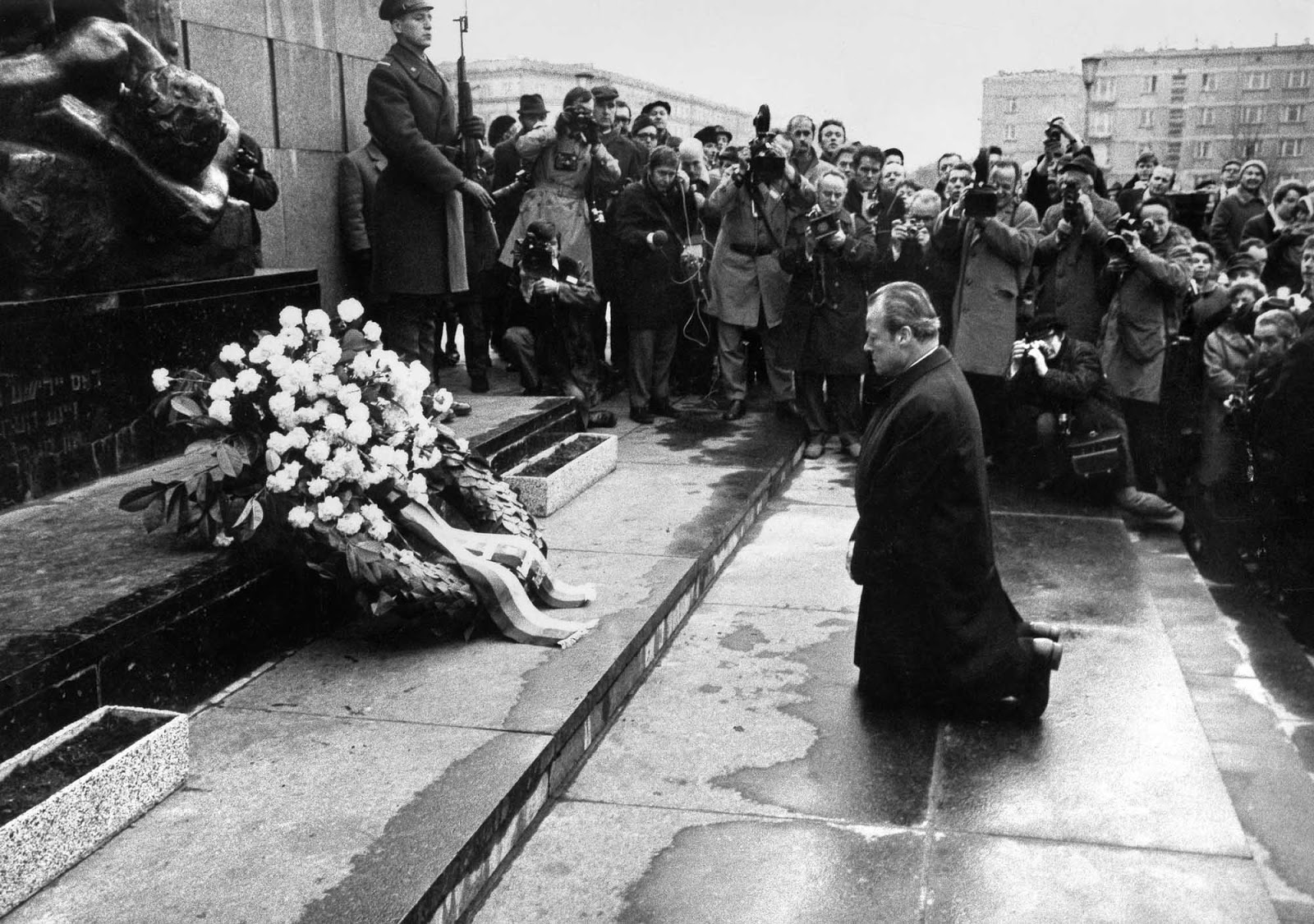 Warschauer Kniefall Willy Brandt Falls To His Knees 1970