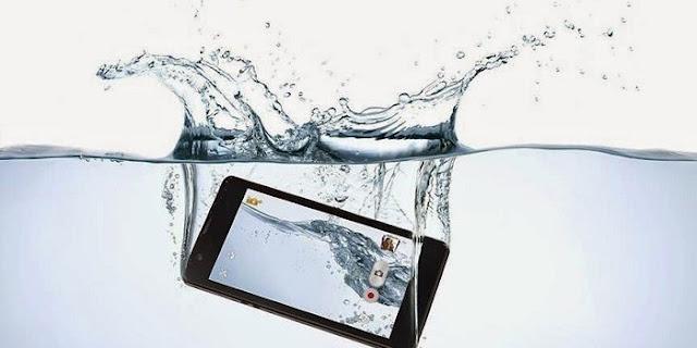 Mengatasi Ponsel Tercebur ke Air