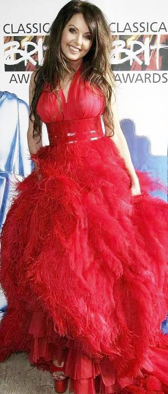 Foto de Sarah Brightman con traje rojo