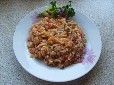 Πιάτο με γαρίδες και πιλάφι λιγο καυτερό και σερβιρισμενο με δυο φετες πιπερια και κλωναρι μαιντανο