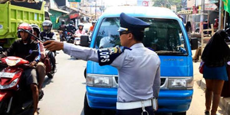 Petugas melakukan penertiban Angkot. Ilustrasi