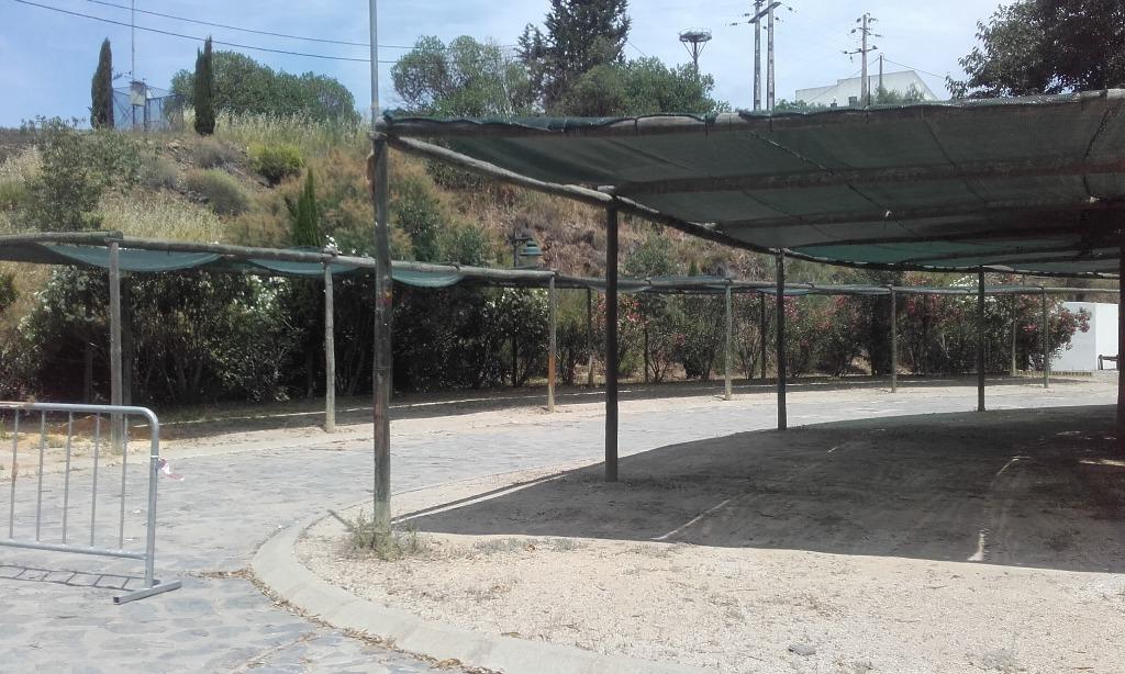 Parque de estacionamento coberto com malha de sombra