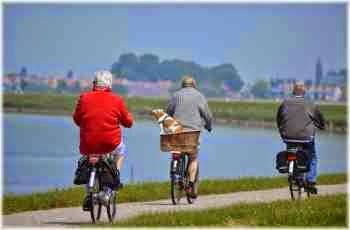 Alte Menschen per Rad auf dem Weg in die Zukunft